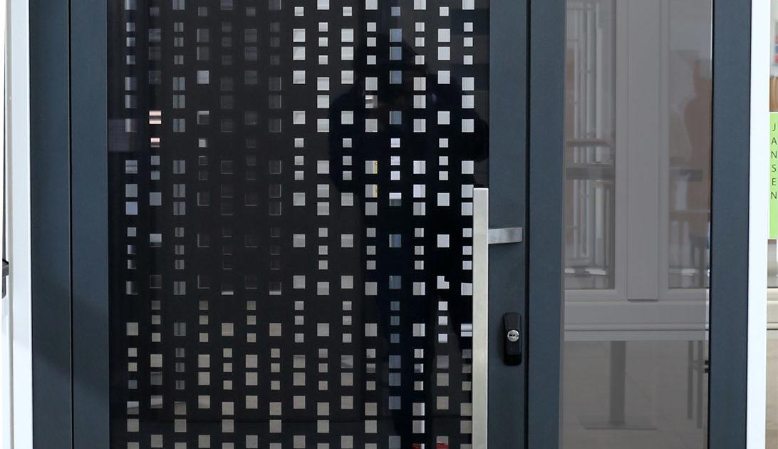 Portoncino in acciaio con lamiera personalizzabile (lato interno), vetro fumè (lato esterno), cerniere a scomparsa e serratura a tre punti di chiusura